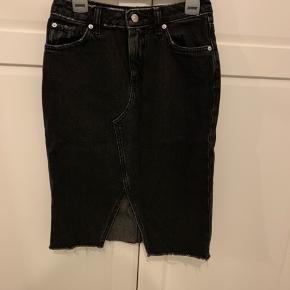 """Denim nederdel i """"sort"""" kun brugt to gange Ingen tegn på slid  Jeans nederdel"""