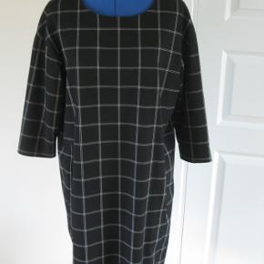 Lækker kjole fra Inwear  Brugt få gange  In Wear kjole Farve: Sort og hvid Oprindelig købspris: 900 kr.