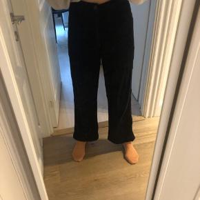 Super fede og lækre fløjls bukser fra Weekday.  Sætter sig efter kropsbygning.  Giver mængderabat😌 Mp 79kr.