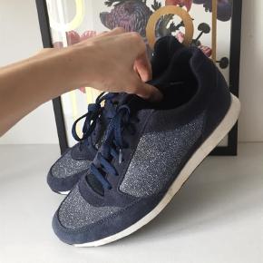 Varetype: Sneakers Farve: Blå Oprindelig købspris: 500 kr.  Fine, blå glimmer sneakers fra Bianco, brugt få gange,, fremstår nye.