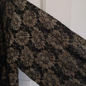 Fin guld og sort cardigan. Str. L eller XL