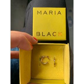Maria Black øreringe, forgyldte. Model: Disrupted 22.*æske medfølger ikke. Købspris i butik: 450kr pr stk.  🌸 Sælges kun samlet 🌸 Mp: Prisen er for begge øreringe 400kr + fragt (20kr)  Tag: Maanesten