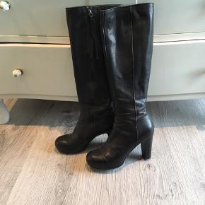 Langskaftede, sorte Billi Bi støvler, 7 cm hæl, ca 2 cm plateau i sål, normal skaftevidde.  Ikke brugt ret meget, og fremstår som nye.