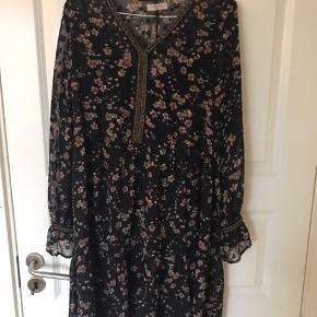 Fineste kjole med blomster på fra East Femme. Der er underkjole til, så den ikke er gennemsigtig.