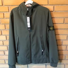 Stone Island jakke  Str L Cond 9 Super fed jakke kan bruges til alt vejr  Alt medføre inklusive kvitteringen og tags  Pris 2.800kr Ny pris 3.900kr
