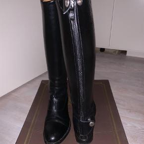 Varetype: Støvler Størrelse: 37.5 Farve: Sort Oprindelig købspris: 5600 kr.  Brugt få gange