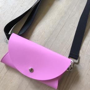Sælger denne søde bæltetaske med COS, ny prisen er 390 kr og den er helt ny stadig med tags!