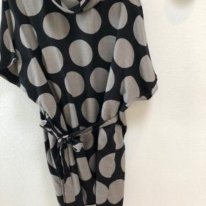 Flot og lækker Marimekko Tunica, grafisk mønster sort/grå med store dots. Kvaliteten er bl.a. uld, inderfor, så den glider flot. Bindebånd til taljen eller bagpå.