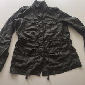 GAP cool army jakke str L lille i str, aldrig brugt😀