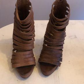 Brune læder stiletter/støvletter  Bred hæl som er nem at gå med  Lynlås bagpå   Mærke: BIANCO  Str. 38