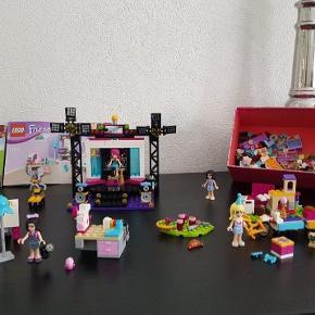 Lego Friends nr 41117 sælges uden bygge manual, men kan findes på nettet.  Der mangler 5 koldser til 41117 popstar Tv Studio. Lego Friends nr 41115 Gratis med da der mangler dele Lego Friends nr 41111 Gratis med da der mangler dele.  + en lille kasse med lego følger Gratis med i køb af denne pakke Lego friends.