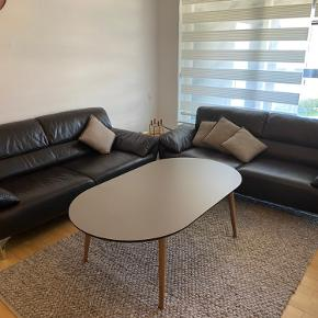 Sælger tre af disse lækre læder sofaer i en lækker moderne brun farve. Læderet er super lækkert og er som kalvelæder. De er brugt utrolig lidt og fremstår som næsten nye. De er fra Ilva.
