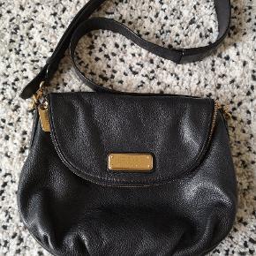 Sælger min højt elskede Marc Jacobs taske. Model: Natasha str: stor Fejler intet. Brugsspor som ikke vil kunne undgås, se billedet. Sælger kun hvis rette bud kommer. Np. 3.650kr