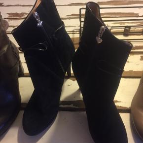 """De smukkeste navy farvede ruskinds stilet støvler brugt 1 dag gennem byen😅str.41 men jeg er 39,5-40 så 41 passede mig svarende til 40 ihvertfald på mig. Se mærket under bunden . Nypris 1000kr! Guld"""" detaljer . Knap 11 cm og 2 cm foran :-) købt for max 2 mdr siden i Kbh -tjek mine andre ny indlagte sko og støvler ud:-) jeg er ryger"""