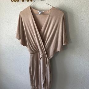 Så fin kjole i nude med lidt glimmer i stoffet 😊