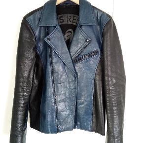Skind jakke i bøffelskind. Sort og blå Dansk mærke, købt i magasin for 4500 kr. Brugt 10-15 gange