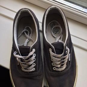 Skoene er str. US 9,5 svarende til en 42,5