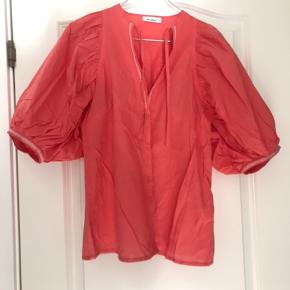 Den fineste skjorte fra RED • DOT i en skøn sommerfarve. Den har de fineste detaljer med de puffede ærmer. Så flot til en stram nederdel eller stramme bukser ☺️  Se også alle mine andre annoncer 💃  Byd!
