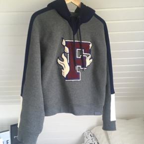 Sælger denne mega nice Fenty Puma by Rihanna hoodie. Det er en XXS men den er ret stor i størrelsen.