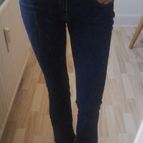 Fejlkøb. Brugt 2 gange  M. Svar Jeg er 1.74 høj. ( plus 3 cm hæl på mine sneakers)  Flot blå. Farve med orange/brun syninger
