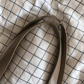 Fantastisk vintage Chanel taske fra starten af år 2000 sælges. Tasken er god men brugt, da den har tegn på brug udenpå og indvendigt samt ved taskens hank - kan muligvis fjernes/reduceres ved rens. Prisen er sat herefter. Tasken er stadig fuld anvendelig og perfekt som fx studie- eller arbejdstaske. Måler: 33 x 26 cm. Authenticity card fra Vestiarie Collective medfølger. Sælger selvsamme taske model i lyserød som vist på sidste billede (særskilt annonce).