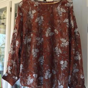 super flot tunika / bluse fra Educe str. 44, i flot skinnende stof - 100 % polyester næsten som ny bud fra 125 kr + evt. forsendelse   *Handel kan foregå kontant, via TS, bankkonto & Mobilepay*