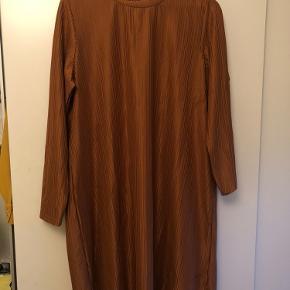 Fin kjole som aldrig er brugt - med metallic i stoffet. Er super fin