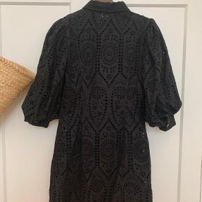 Ganni kjole  Str 40, men fitter også 38  Brugt, men uden tegn på slid