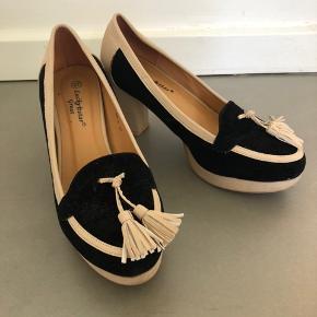 Elegant og lidt anderledes sko fra Lucky star Great. Brugt få gange, hvilket selvfølgelig kan ses på sålen. Men fremstår ellers stort set som nye.   Evt. TS-gebyr og fragt betales af køber.