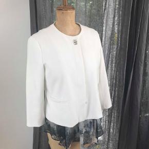 Fin hvid kort jakke. Lidt a-form. Der står L i den, passer m/l.
