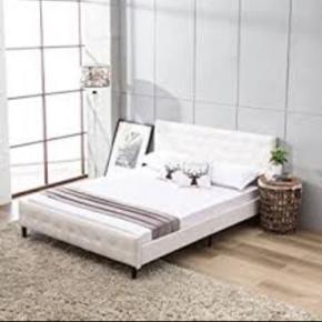 Seng, med lækker kvalitets boxmadras:) Har i dag også lige købt nyt madrasbetræk for 350 kr. Så vil sige de 2.800kr er en fair pris, for sådan en fin seng.  Har denne super smukke seng til salg, med faux læder betræk og en rigtig god madras med i købet.  Sælges da den dsv fylder for meget, ellers en fuldstændig fantastisk seng, som man ligger rigtigt godt i. Desuden er den jo også super flot at se på;)) Så alt en seng skal havde ville jeg mene.  OBS: Sengen på første billede er ikke den jeg har, men min er dog flottere vil jeg mene.  Mål: l=2,18 m b= 1,50m h= 0,30m
