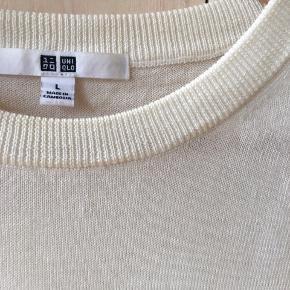 Flot råhvid strik fra uniqlo. Ingen pletter eller tegn på slid. Strl L men lille i størrelsen.  100% uld.