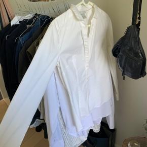 Figursyet HM skjorte, købte den til tjener til galla men aflyst. Lille brunlig plet foran