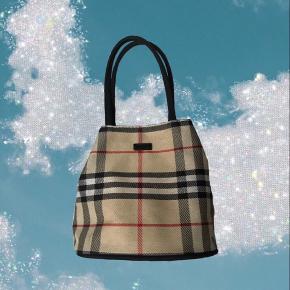 Look a Like Burberry lille taske. Den er super fin og har en knap der lukker den.
