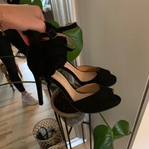 ✨ Super feminine og elegante stiletter fra Bianco ✨  Jeg har aldrig fundet de rette omstændigheder til at have skoene på - så jeg synes en anden skal have fornøjelse af dem ☺️🌿  Hælen er cirka 10 cm - dog sidder skoen godt fast på foden, så den ikke er svær at gå i. 🕊  Afhentes i Aalborg SØ, ellers oprettes der handel her på appen!