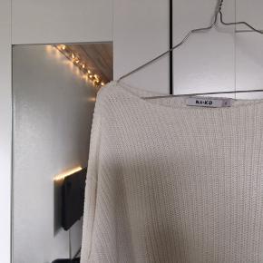 Hvid sweater med vidde i ærmerne fra Naked.