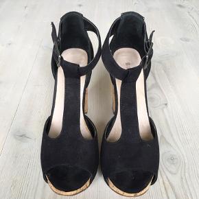 Der er spildt noget væske i sålen på den ene sko (kan selvfølgelig ikke ses, når man har dem på)