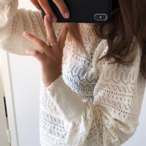 Sælger denne fine trøje fra zara. Den er mægtig fin, og passer til det meste. Der er ingen tegn på slid🌸  Obs. Der sendes ikke flere billeder