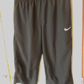 Brand : Nike Varetype: Knickers Størrelse: S Farve: Sort  Pæne sorte Nike knickers Net foret Med ventilations net bag knæet Talje vidde 68 cm kan øges til 76 cm.  ( elastik + snøre ) Indvendig benlængde 44 cm. 100 % polyester. Sender med DAO uden omdeling, fremme på 2-4 dage. TS pay eller Mobilpay Bytter ikke .