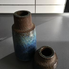 Vaser i stentøj af Michael Andersen, Bornholm keramik. Begge hele og i flot stand med smuk glasur. nr. 6138, H: 18 cm, D: 9 cm til 300 kr nr. 6143, H: 9 cm til 100 kr