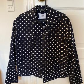 Sød jakke i mørkeblå med prikker. Aldrig brugt. Størrelse M