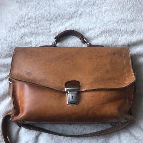 Gammel vintage taske i perfekt stand. Har fået ny rim. Har 2 rum og fungerer som arbejdes/skoletaske  Købt på marked af en læderhandler.