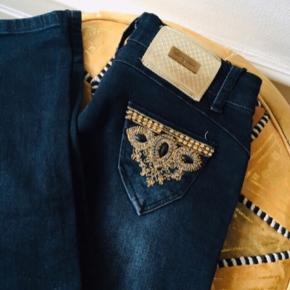Lee vaes jeans med fede unikke detaljer ✨  De er en str 29 så det vil sige det er en str S 😊  #trendsalesfund