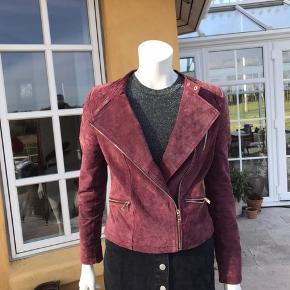 Fin jakke i ægte ruskind fra Vila. Størrelse S. Lynlås og detaljer i gyldent metal.  Aldrig brugt!  Se gerne mine andre annoncer, hvor der er meget andet tøj i størrelse XS/34 og S/36!