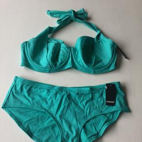 Helt ny bikini med mærker på til 580kr, men til salg for 500,- i Aruba blue. Trussen i str.42 og overdel i 80E og som kan bindes i nakken eller på ryggen.