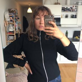 Wool Klemens Zip!  Lækker sweater med lynlås fra Mads Nørgaard  Str L, men lille i størrelsen  100% ren ny uld  Kan hentes i København eller fragt betales af køber