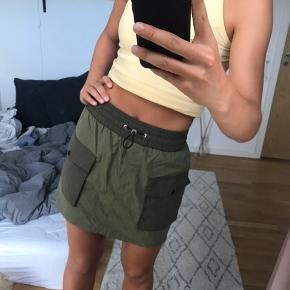 Cool nederdel fra Bershka, med front lommer og elastik i toppen. Den er ret lille så jeg vil sige den passer en XS;)