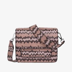 HVISK cayman pocket i lyserød snake. Brugt i 7-8 måneder. Mønstret er slidt en smule af, foran på tasken og man kan se den har været brugt. Derfor den lave pris.