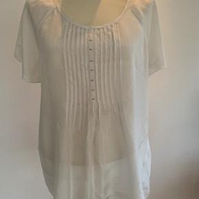 Så fin en bluse i 100% silke med sølvtråd fra Tina Sund str. 42. Næsten som ny. Længde 66 cm og brystomkreds 114 cm. Fra ikke ryger hjem.