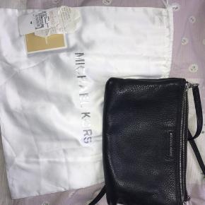 Har denne fine Mk taske. Den er købt i 2017, og er blevet brugt meget lidt, for at passe på den. Der er ingen tegn på slid på læderet eller hank